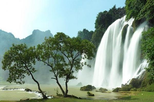 Thác nước cao chót vót ở miền Bắc Việt Nam